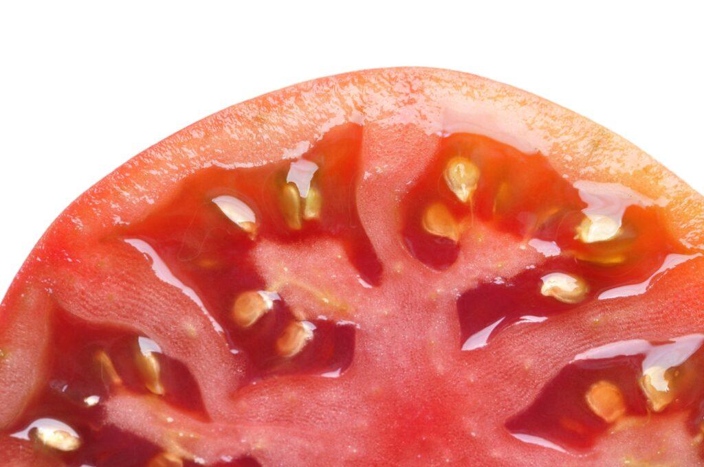 Ortadan dilimlenmiş domates, yakın çekim.